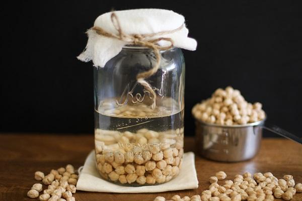 طرز تهیه جوانه نخود : نخود ها را در ظرف شیشه ای بریزید و درب آن را ببندید