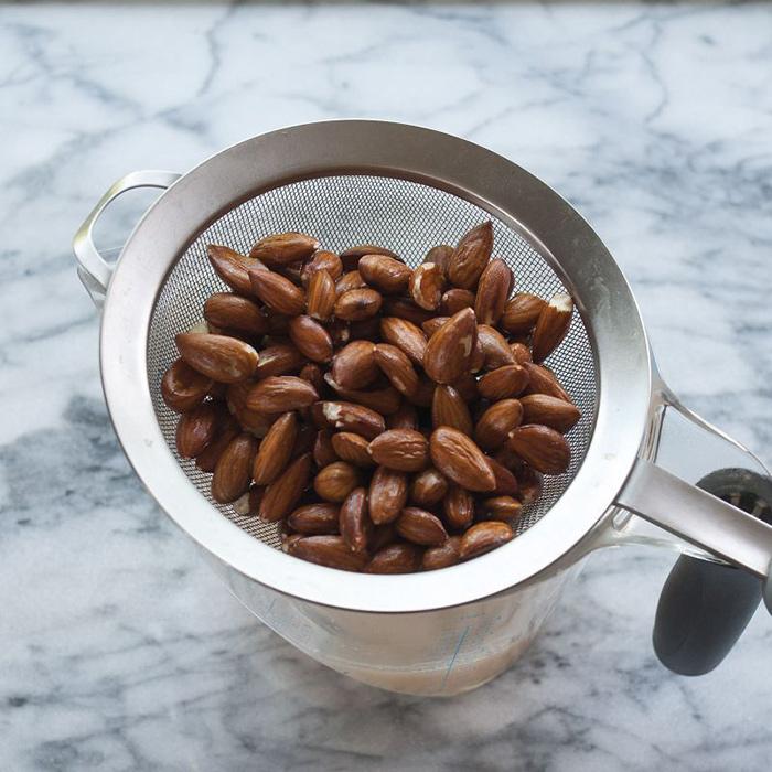 بادام ها را آبکشی کنید