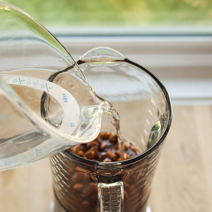 بادام ها را به همراه 2 فنجان آب در مخلوط کن بریزید