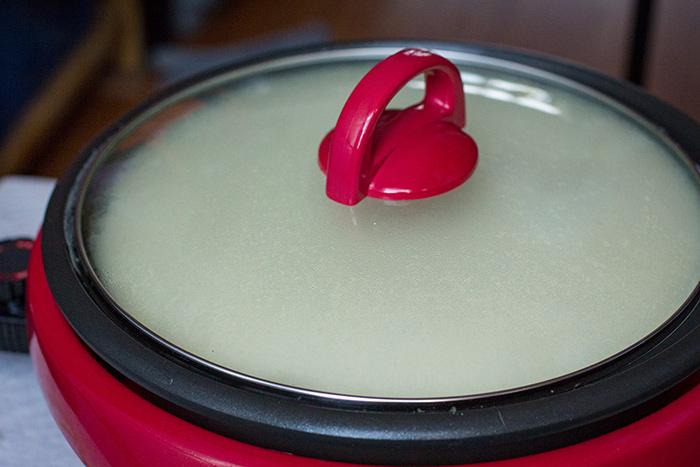 درب ظرف را بگذارید تا شیر سویا دلمه ببندد