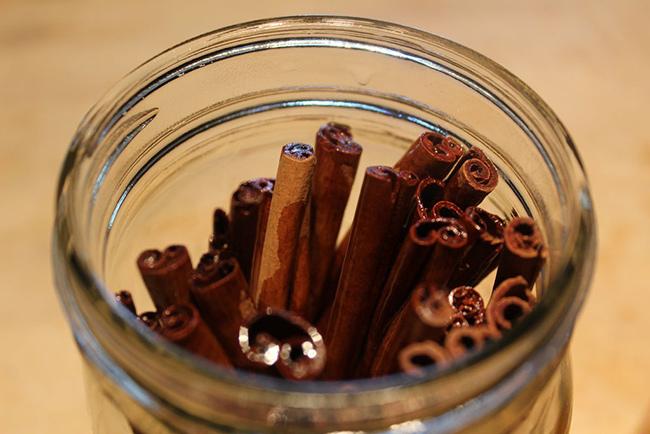 بر روی چوب های دارچین روغن زیتون بکر بریزید.