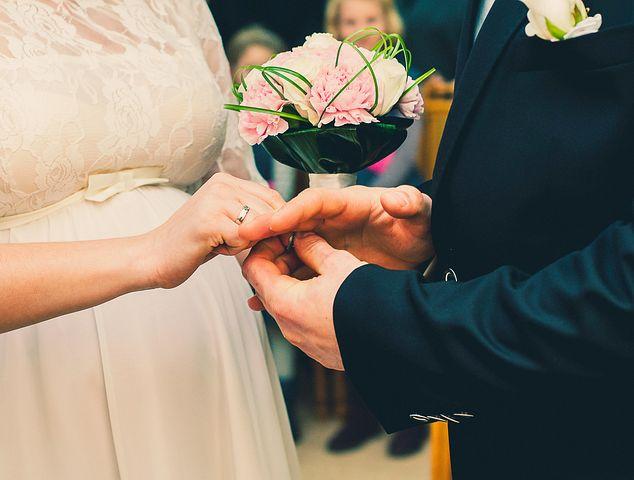 عکس دست تو دست عروس داماد