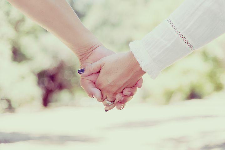 عکس دست گرفتن عاشقانه دختر و پسر