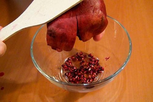 با قاشق بر پشت انار ضربه بزنید تا دانه ها جدا شوند