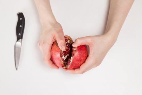 لبه های انار را کمی از هم جدا کنید