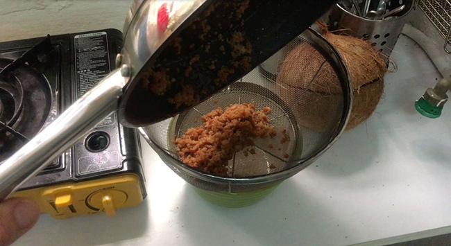 از صافی رد کنید تا روغن نارگیل و مواد جامد از هم جدا شوند