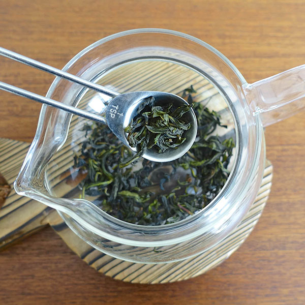 چای اولانگ را درون قوری بریزید