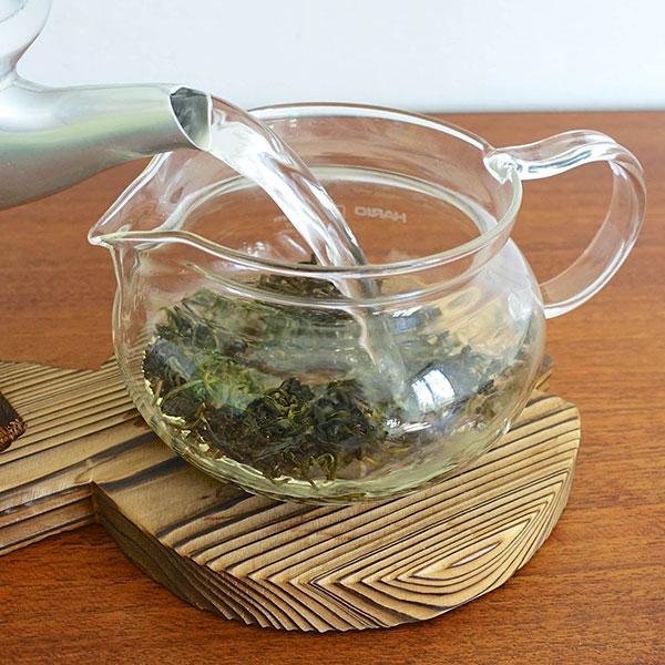 آب داغ را روی برگ های چای اولانگ بریزید