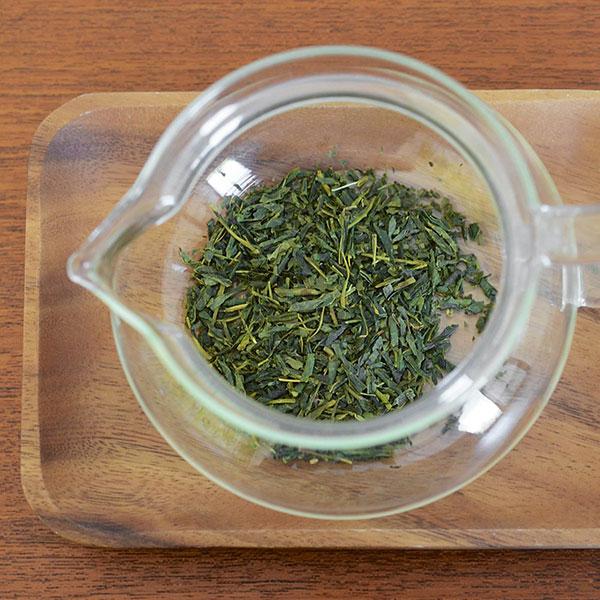 چای سبز را درون قوری بریزید