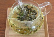 آب داغ را به آرامی بر روی چای بریزید