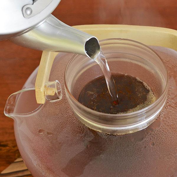 آب داغ را روی چای بریزید