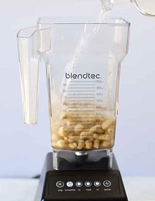 بادام هندی خیس خورده را با 4 فنجان آب در مخلوط کن بریزید
