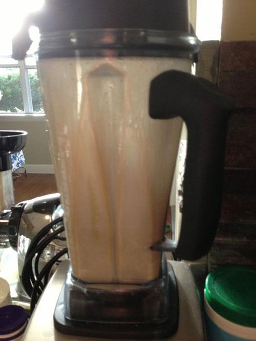 شاهدانه خیس خورده را با 1.5 فنجان آب در مخلوط کن بریزید و هم بزنید