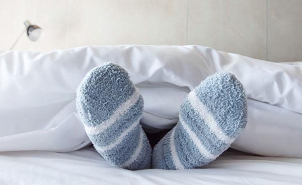 فواید و عوارض پوشیدن جوراب موقع خواب