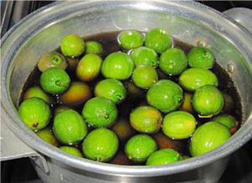 لیمو ترش ها را در قابلمه ی حاوی آب و سرکه بجوشانید