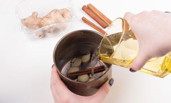 زنجبیل تازه و چوب دارچین را با یک فنجان آب جوش ترکیب کنید