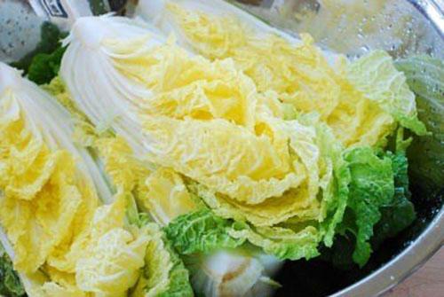 کاهوی چینی را در آب نمک بریزید
