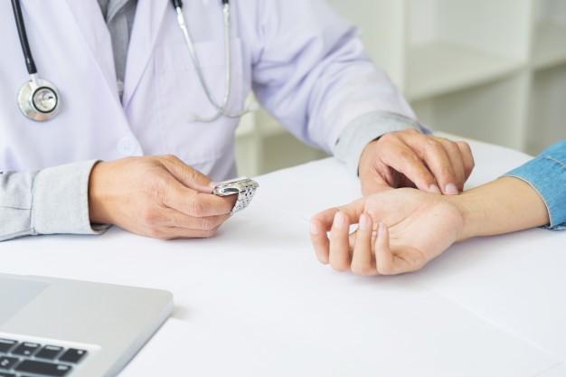 چرا پزشکان تعداد نبض را اندازه می گیرند؟