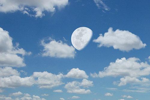 چرا ماه در روز پیداست؟